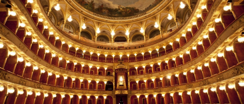 Il Rossini Opera Festival è l'evento teatrale dedicato a Gioacchino Rossini che si tiene tutti gli anni ad Agosto, a Pesaro!