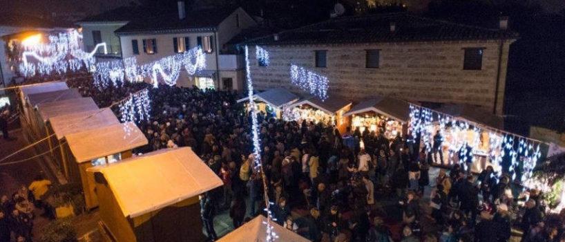 Foto dall'alto del borgo con casette di legno e candele che regalano un'atmosfera unica.