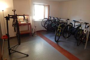 Officina attrezzata all'interno della bike room