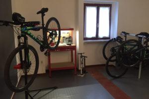 Officina attrezzata nella bike room