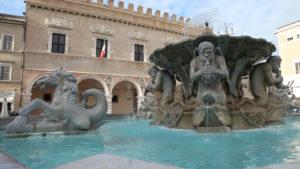Fontana nella piazza di Pesaro
